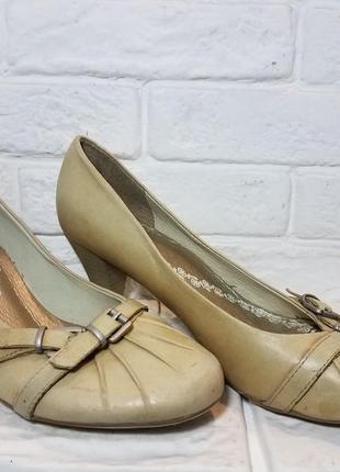 Туфли женские на  среднем каблуке