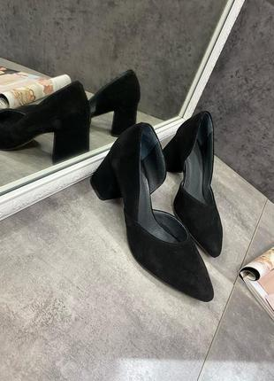 Замшевые туфли на среднем каблуке черные
