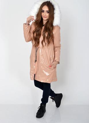 Демисезонная женская куртка пудрового цвета из латекса с меховой
