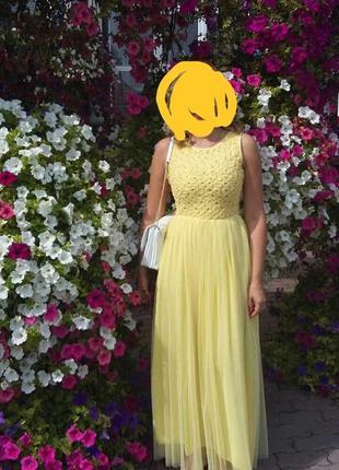 Желтое длинное платье в пол