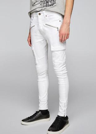 Актуальные белые джинсы скинни карго