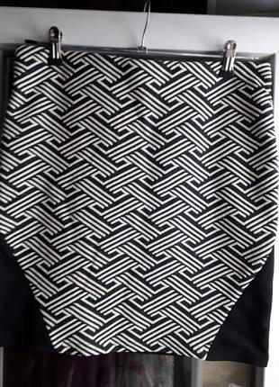 Короткая черная юбка в принт по фигуре на резинке