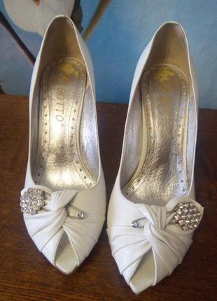 Белые туфли открытые botto на каблуке с украшением