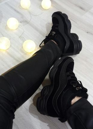 Черные замшевые кроссовки зимние на высокой танкетке в стиле