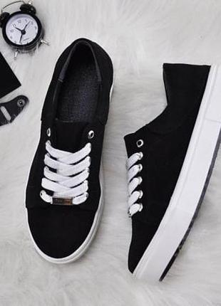 Замшевые кроссовки на белой подошве