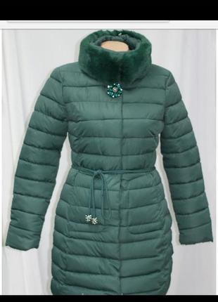 Куртка приталенная,  зимняя,  воротник стойка,  с брошью, изум...