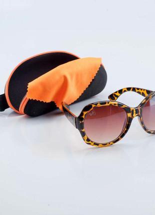 Очки солнцезащитные с пятнистой оправой ray ban.