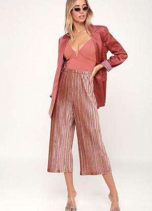 Актуальные пудровые розовые велюровые брюки кюлоты