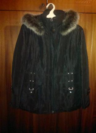 Черная куртка с капюшоном и мехом