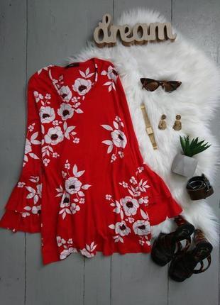 Актуальная трикотажная блуза в крупные цветы с расклешенными р...
