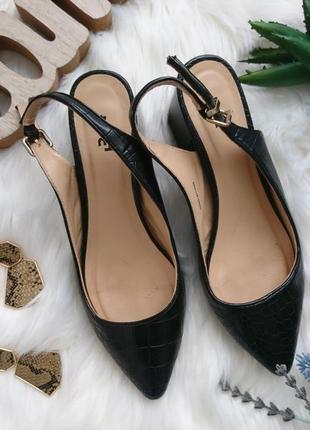 Актуальные туфли лодочки с открытой пяткой.