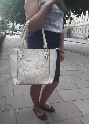 Молочна гарна вмістима сумка на замку