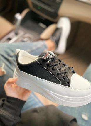 Крутые черно-белые кросовки на белой подошве