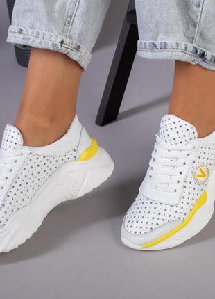 Женские кроссовки с перфорацией