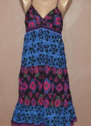 Летнее платье в ярких узорах
