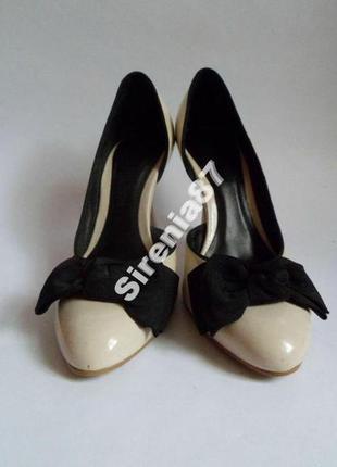 Туфли на шпильке, белые с черным бантом