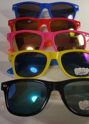 Детские солнцезащитные очки разных цветов