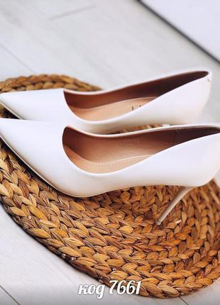 Белые туфли лодочки на невысокой шпильке