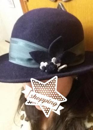 Фетровая шляпа с декором.