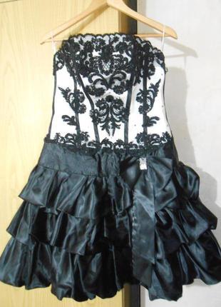 Платье черно- белое.