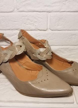 Туфли с закрытым носком на среднем каблуке