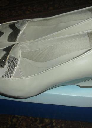 Фирменные clarks стильные кожаные туфли на 39 размер