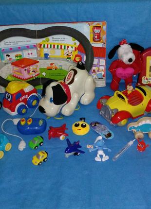 Игрушки для малышей (машинки, самолетики, книга, мяч).