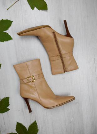 Бежевые ботинки сапоги кожаные интересный каблук острый носок