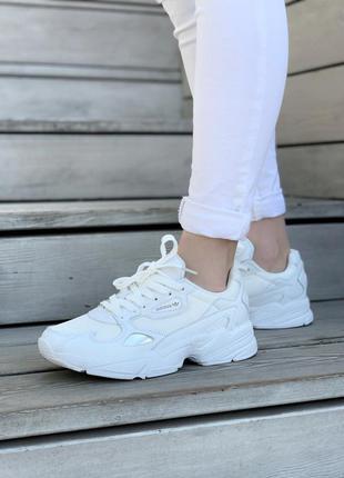 Белые женские кроссовки адидас