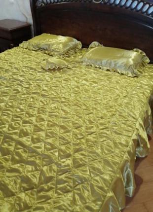 Комплект атласный с подушками. комплект покрывало и наволочки ...