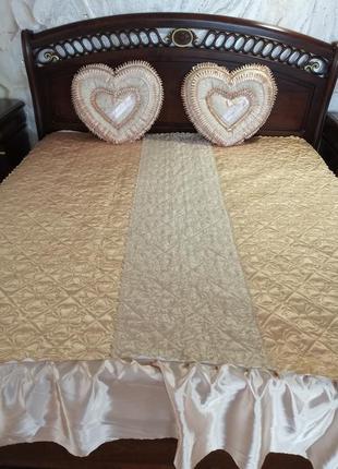 """Комплект атласный с подушками """"сердце"""". покрывало на кровать и..."""