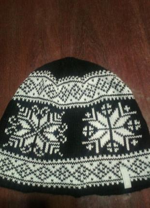 Черно-белая шапочка с канадским узором на половину внутри флис...