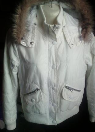 Белая короткая куртка с капюшоном сезон теплая зима осень весн...