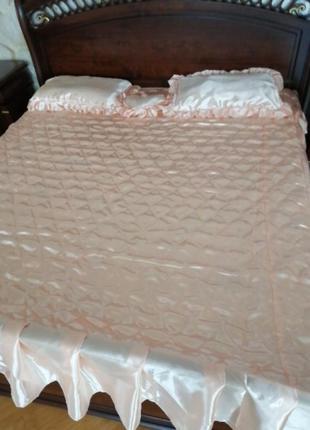 Комплект атласный с подушками 180*210. комплект покрывало и по...