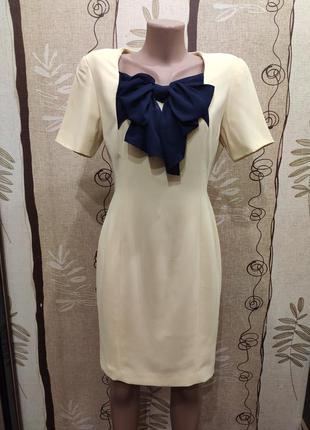 Короткое приталенное нарядное платье с бантом на груди