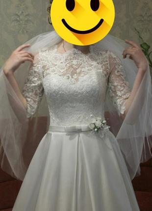 Свадебное платье а-силуэт с атласной юбкой