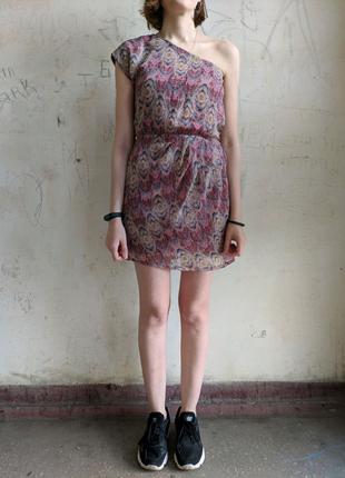 Платье на одно плечо с интересным принтом