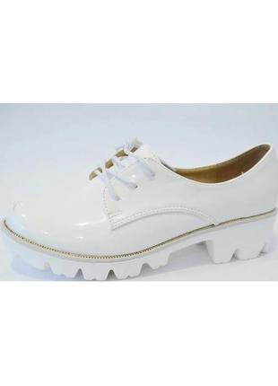 Женские белые туфли на шнурках на тракторной подошве