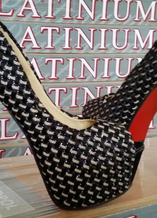 Новые женские туфли на платформе.