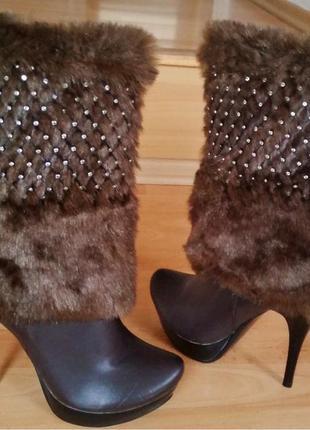 Новые женские полусапожки с мехом на высоком каблуке.
