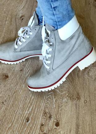 Новые очень красивые женские ботинки.