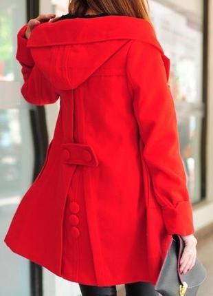 Новое женское пальто с капюшоном.