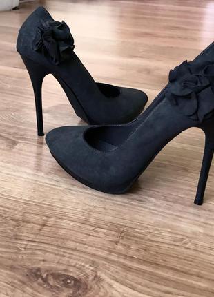 Новые женские туфли на высоком каблуке.