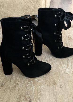 Новые женские ботиночки на шнуровку.