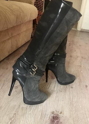 Новые женские сапоги на высоком каблуке.