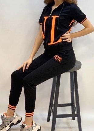 Новый женский спортивный костюм с модным узором.