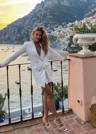 Белое платье  пиджак с золотистыми пуговицами
