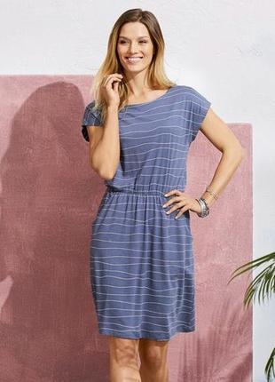 Трикотажное платье средней длины с карманами