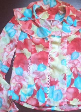 Яркая кофточка, блуза с воланами
