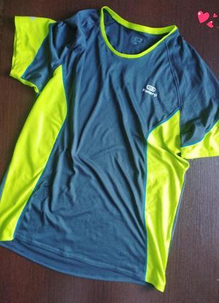 Функциональная яркая футболка спортивная